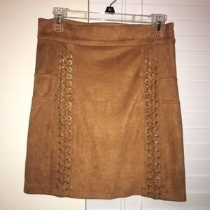 Boohoo suede skirt, size M/L!